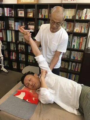肩甲骨操法